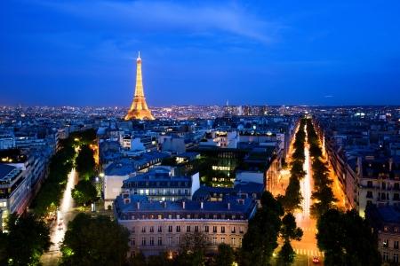 夜、パリのスカイライン。凱旋門からの眺め。ライトアップされたエッフェル塔、街のスカイラインの部分だけをされているとイメージは商業目的