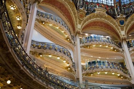 luxury goods: PARIS - centro de 07 de junio de lujo interior Lafayette tiendas el 7 de junio de 2013 en Par�s Las Galer�as Lafayette ha sido la venta de productos de lujo desde 1895 Editorial