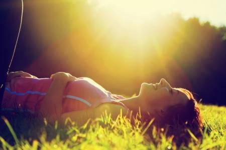 여름 일몰 자연 행복, 재미와 조화에 잔디에 누워 젊은 예쁜 여자