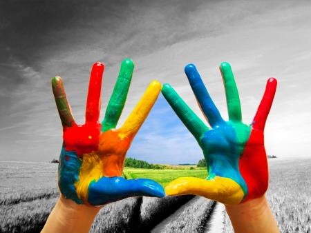 életmód: Festett színes kéz mutató utat a boldog élet színes, fogalmi.