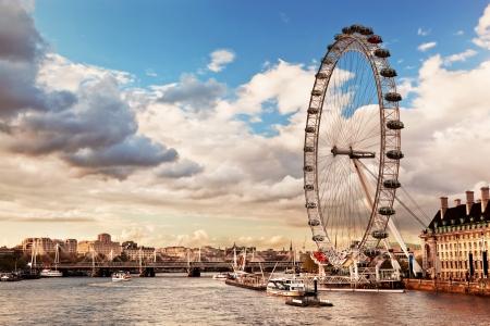ojo: Londres, Inglaterra, el horizonte de Reino Unido de la tarde. El Ojo de Londres sobre el río Támesis