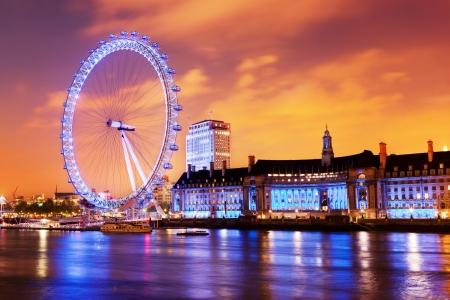 ojos azules: Londres, Inglaterra, el Reino Unido en el horizonte de la noche. Iluminación del London Eye y de los edificios próximos al río Támesis