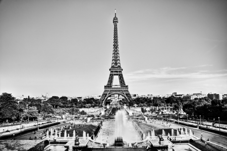 tour eiffel: Eiffel Tower seen from fountain at Jardins du Trocadero at a sunny summer day, Paris, France. Black and white
