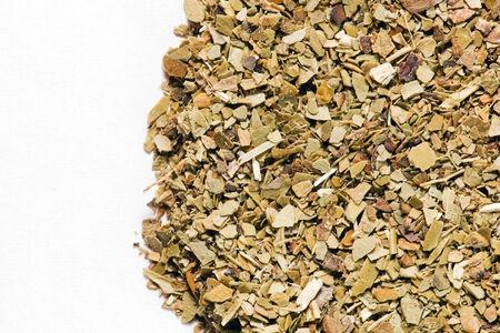 yerba mate: Yerba mate seca las hojas sobre fondo blanco. Una copa sudamericana popular conocido por dar energ�a y es rico en vitaminas.