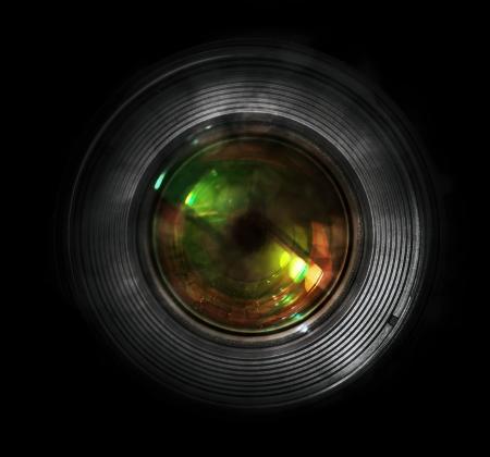 DSLR 카메라 렌즈, 전면 뷰, 검정색 배경입니다.