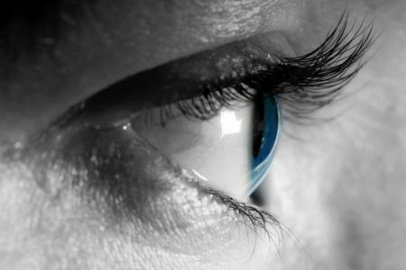 globo ocular: Mujer blue eye close-up, la luz natural. Vista lateral.