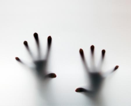手に触れるフロスト ガラス。ヘルプ、うつ病、ストレス、パニックの概念的な悲鳴