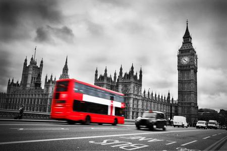 blanco y negro: Londres, Reino Unido el autobús rojo en el movimiento y el Big Ben, el Palacio de Westminster Los iconos de Inglaterra