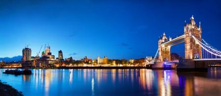 Tower Bridge in Londen, het Verenigd Koninkrijk 's nachts Panorama van het centrum van de stad