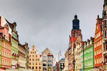 polska: Wroclaw, Poland. The market square with colorful historical buildings and St. Elizabeths Church. Silesia region.