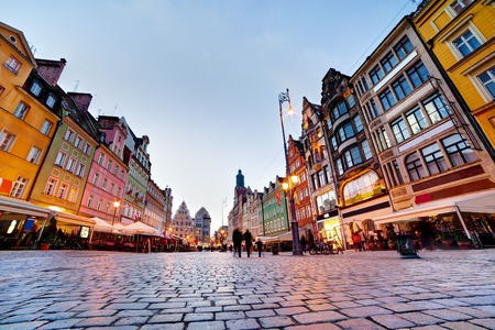 polska: Wroclaw, Poland. The market square with colorful historical buildings at the evening. Silesia region.