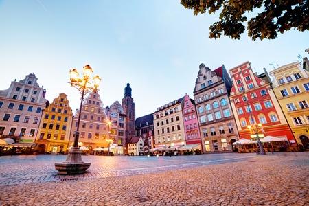 Wroclaw, Polonia. La plaza del mercado con los edificios históricos de colores en la noche. Región de Silesia. Foto de archivo