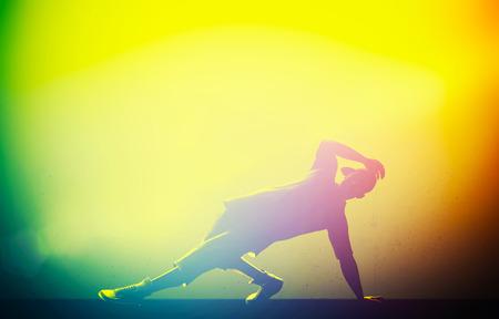 baile hip hop: Hip hop danza, rotura realizado por el hombre joven en coloridas luces del club Breakdance hora de la fiesta Foto de archivo