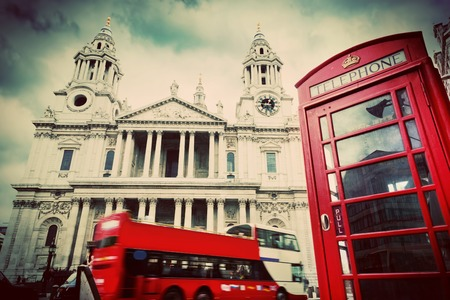 cabina telefono: Bus St Paul Cathedral Red, cabina de teléfono vintage Editorial