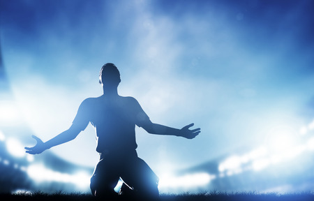 personas festejando: F�tbol, ??f�tbol coincidir Un jugador celebrando el gol, Luces de victoria en el estadio en la noche