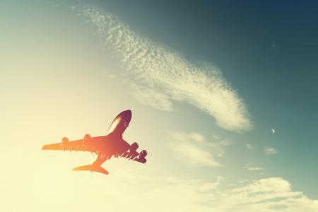 夕暮れ時離陸する航空機。大きな旅客または貨物航空機、航空会社のシルエット。交通