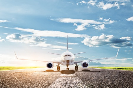 飛行機が滑走路から離陸する準備ができています。大きな旅客または貨物航空機、航空会社。運輸、交通、旅行