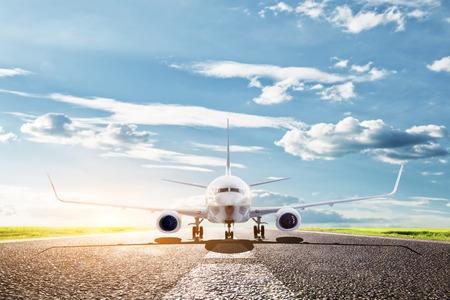 활주로에서 이륙 준비 비행기. 큰 여객 또는화물 항공기, 항공사. 수송, 수송, 여행,