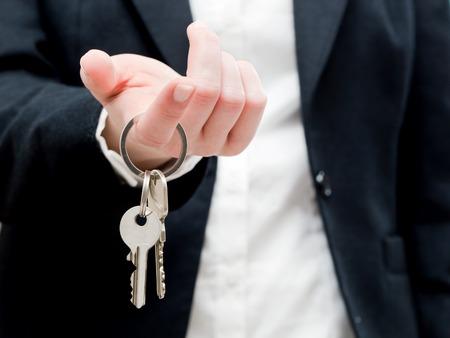 Een makelaar met sleutels van een nieuw huis in haar handen. Vastgoedsector