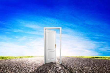 cielos abiertos: Abra la puerta en la larga carretera de asfalto vac�o, carretera hacia sol. Esperanza, �xito, nuevos conceptos de forma, etc Foto de archivo