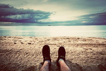 piernas hombre: La primera persona perspectiva de las piernas del hombre en la playa de la vendimia del oto�o, el estilo retro