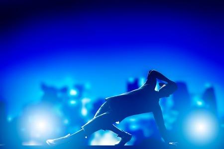 baile hip hop: Hip hop danza, rotura realizado por el hombre joven en las luces de la ciudad Nightlife tiempo del partido