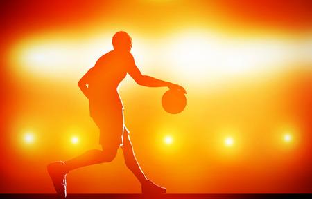 Basketballer silhouet dribbelen met de bal op rode achtergrond met actie lichten Stockfoto