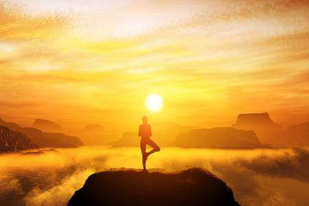 Vrouw mediteren in boom yoga-positie op de top van de bergen boven de wolken bij zonsondergang. Zen, meditatie, vrede Stockfoto