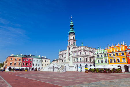 polska: Zamosc, Poland. Historic buildings with the town hall in the Great Market. Panorama view.