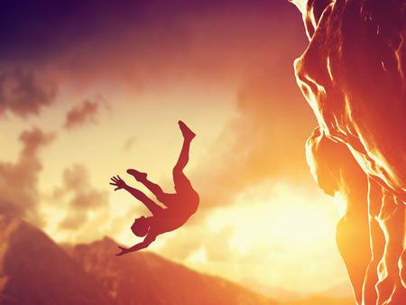 hombre cayendose: Caminante en caída libre desde la montaña, acantilado. Concepto de hombre en situación peligrosa o mortal, accidente.