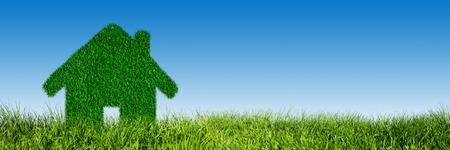 Zielony, ekologiczny dom, nieruchomości koncepcji. Trawy gruntów, niebieskie niebo. Czysta energia, środowisko