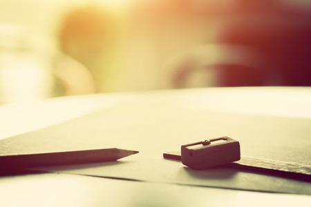 Penci는, 눈금자 및 sharpenerl는 아침 햇살에 종이의 빈 조각에 누워. 등 빈티지 자연 기분 그리기 창조적 인 작업,