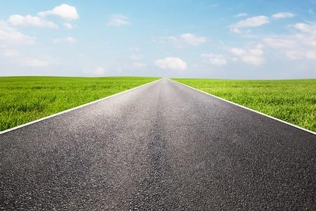 ensolarado: Longo caminho reto vazio, rodovia.
