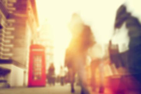 人々 はロンドンのにぎやかな通りに殺到します。 写真素材