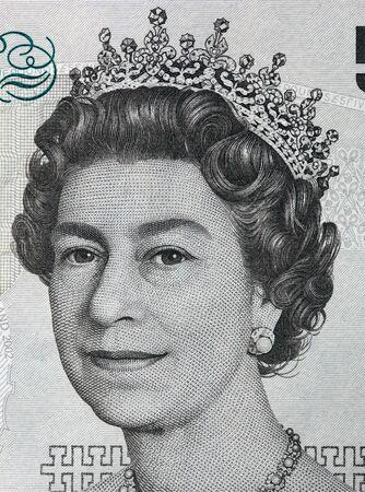 libra esterlina: Retrato de la reina Isabel II el 5 libras esterlinas de billetes. Moneda británica