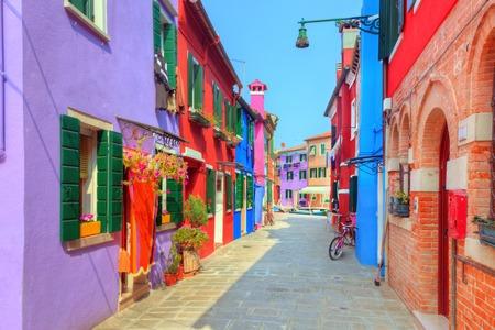 イタリア、ベニスの近くのブラーノ島にカラフルな家。 写真素材