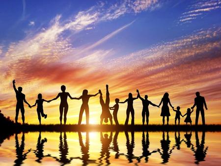 gruppe m�nner: Gl�cklich Gruppe von unterschiedlichen Menschen, Freunde, Familie, Team steht zusammen mit H�nden und Erfolge feiern.