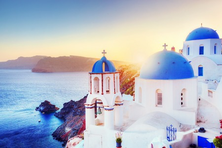 Oia dorp op Santorini Griekenland bij zonsondergang.