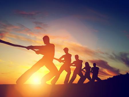 Gruppe von Menschen zieht Linie, die Tauziehen spielen. Standard-Bild