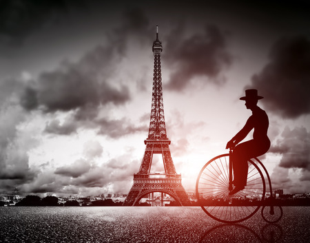 retro bicycle: Hombre en bicicleta retro junto a la Torre Eiffel, Par�s, Francia