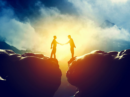 stretta di mano: Due uomini Stretta di mano sopra montagne precipizio. Business, affare, i concetti di connessione Archivio Fotografico