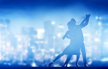 taniec: Romantyczna para tańca. Eleganckie klasyczne pozy. Miasto nocą w tle