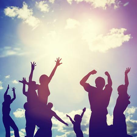 gente celebrando: Amigos felices, familia saltar juntos en un c�rculo que se divierten y expresar emociones de alegr�a, la libertad, el �xito. Siluetas en el cielo soleado