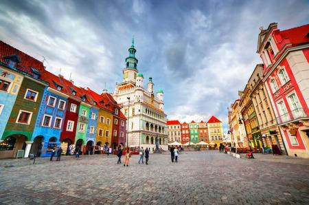Poznan, Posen tržní náměstí, Staré Město, Polsko. Radnice a barevné historické budovy.