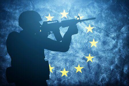 soldat silhouette: Soldier silhouette sur grunge drapeau de l'Union europ�enne. Arm�e, militaire du concept de l'Europe. Banque d'images