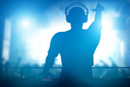 concierto de rock: Club, disco DJ tocando y mezclando música para multitud de gente feliz. Vida nocturna, luces de conciertos, bengalas Foto de archivo