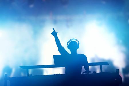 Club, disco DJ spelen en mixen van muziek voor de menigte van gelukkige mensen. Nachtleven, concert lichten, fakkels Stockfoto