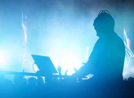 클럽, 디스코 DJ 재생과 행복한 사람들의 군중 음악을 혼합. 나이트 클럽, 콘서트 등, 플레어 스톡 콘텐츠
