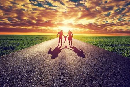 életmód: Családi séta hosszú egyenes út, irány felé naplemente napot. Anya, apa és a gyermek. Parenthood fogalmak