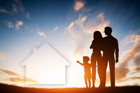 Dream Home: Familie Traum von einem neuen Haus, zu Hause. Kind greift nach einem Traum der Eltern. Sunset Sonne, Himmel.